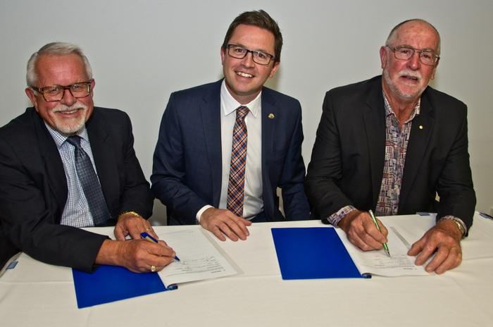 Dr Peter Veenker and Mr Terry Hubbard signing the Memorandum of Understanding